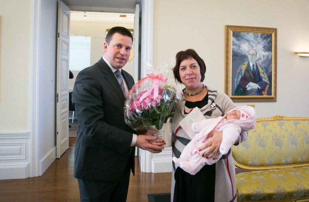 Jüri Ratas koos Mailis Repsi ja tema lapsega
