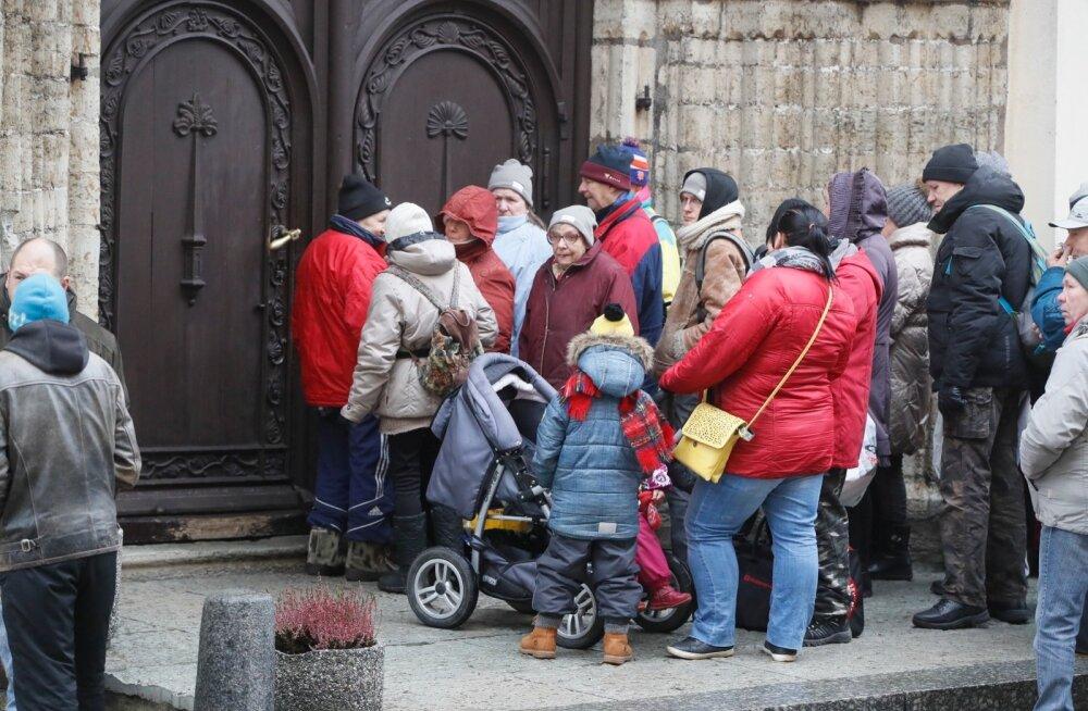 ФОТО: Приход церкви Олевисте в честь праздников предложил еду и одежду нищим и бездомным