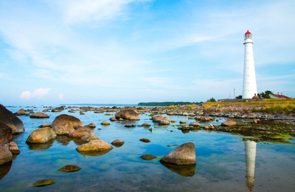 Hiiumaa on kuulsate tuletornide saar. Külastajatele on avatud kolm ajaloolist tuletorni Hiiu vallas: auväärne Kõpu, Tahkuna ja Ristna. Kõik kolm on muinsuskaitse all ja avatud kuni 15. septembrini. Kõpu tuletorn on avatud iga päev 10.00-20.00. Tahkuna tul