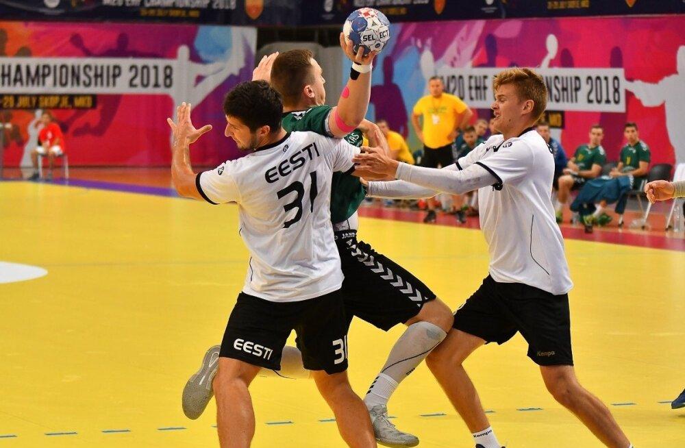 Nagu kogu koondis, võitlesid ka Markus Viitkar (vasakul) ja Tõnis Kase kaitses hingestatult, ent Leedule jäädi ülinapilt alla
