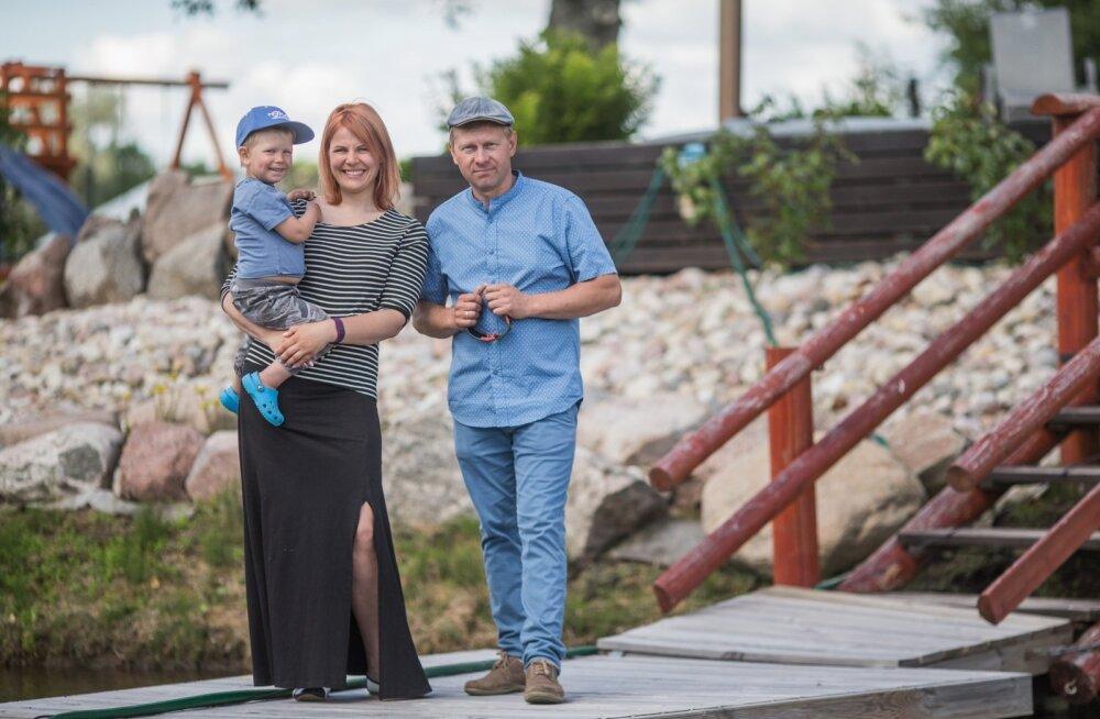 Koolitare talu peremees ja perenaine Taivo ja Eve Tuusis toetavad teineteist ka tööalaselt, kolmene Timmu naudib lapsepõlve.
