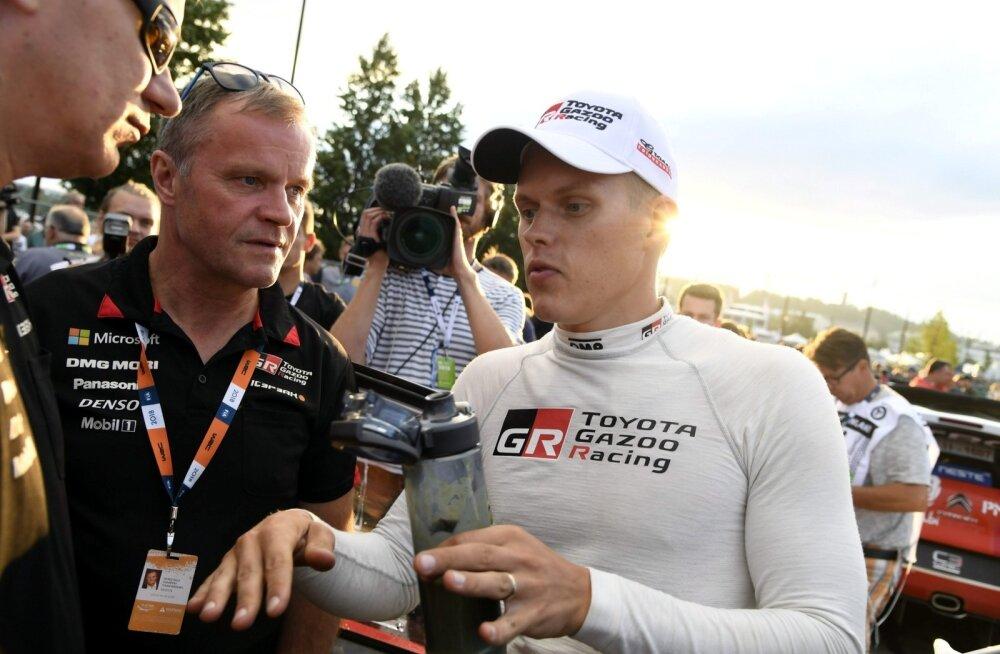 Ott Tänak selgitab Tommi Mäkinenile, kuidas asjad käivad.