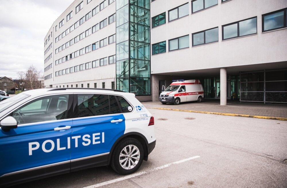 Politsei valvab Raatuse ühiselamu juures karantiinireeglitest kinnipidamist