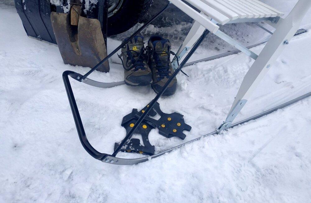 Näidiseid varustusest, mis aitab karmides talveoludes teedel liikuda.