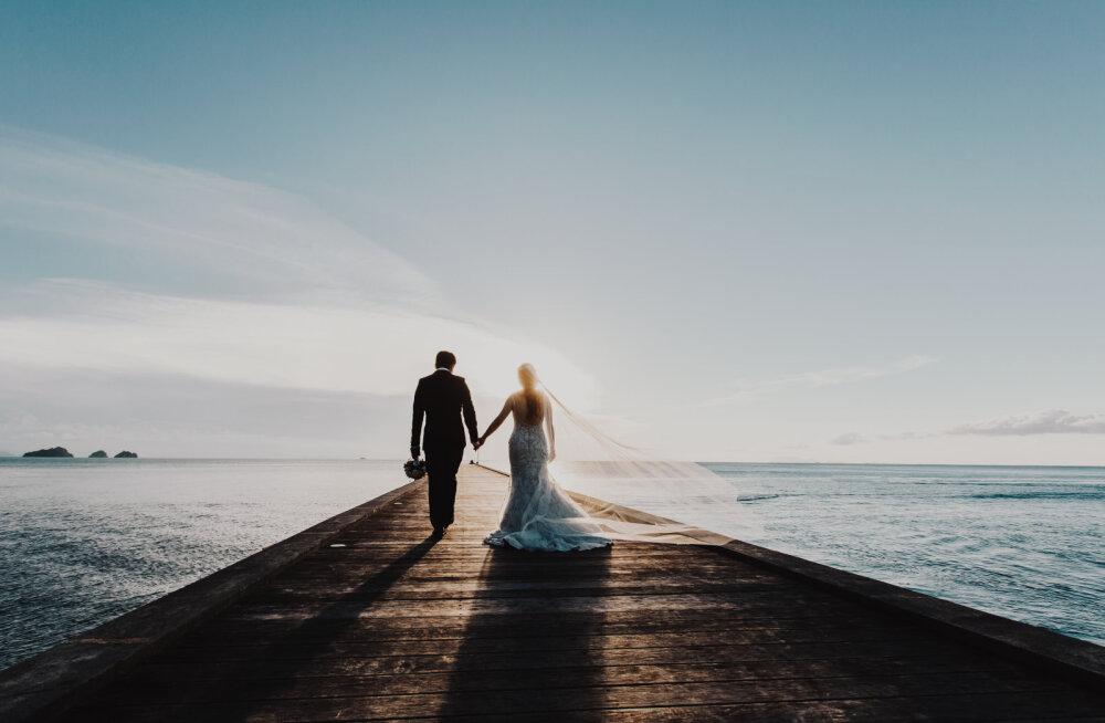 Kogenud õhtujuht ja pulmavanem avaldab, mille poolest erinevad teineteisest eestlaste ja venelaste pulmad