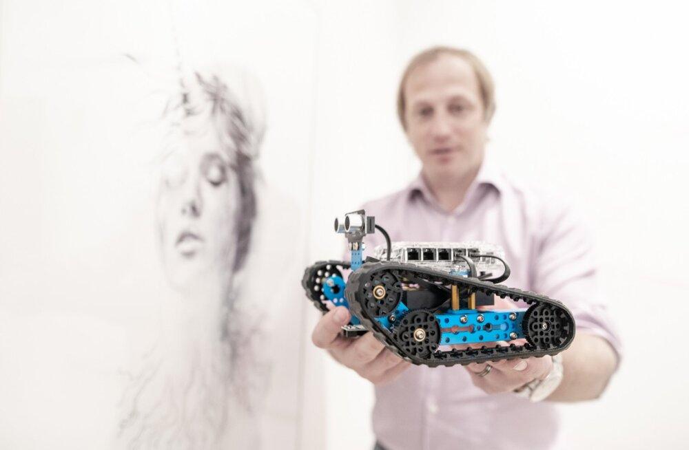 Taavi Kotka näitab robotit, mis on valminud tüdrukutele mõeldud HK Unicorn Squadi tehnoloogiaringis.