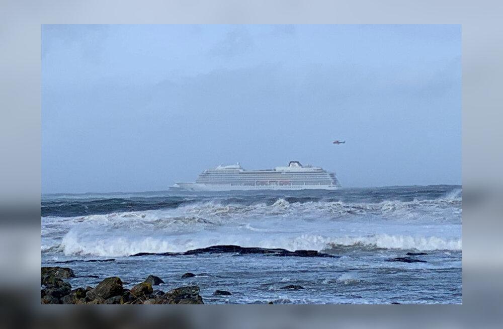 1300 reisijaga kruiisilaev on Norras merehädas, inimesi evakueeritakse helikopteriga