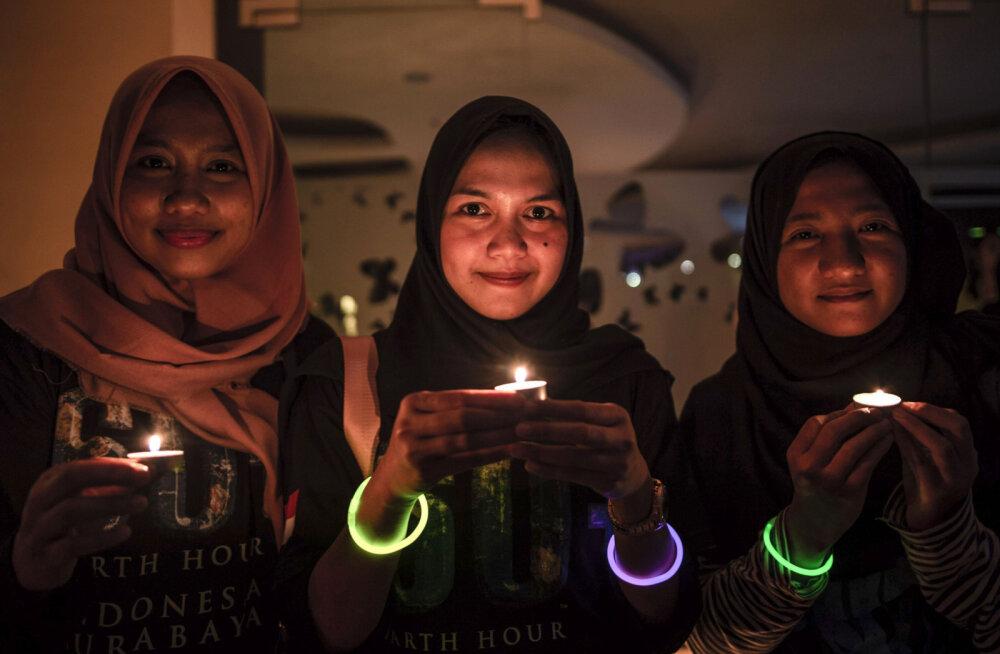 """ФОТО и ВИДЕО: Смотрите, как прошел """"Час Земли"""" в разных городах и странах мира"""