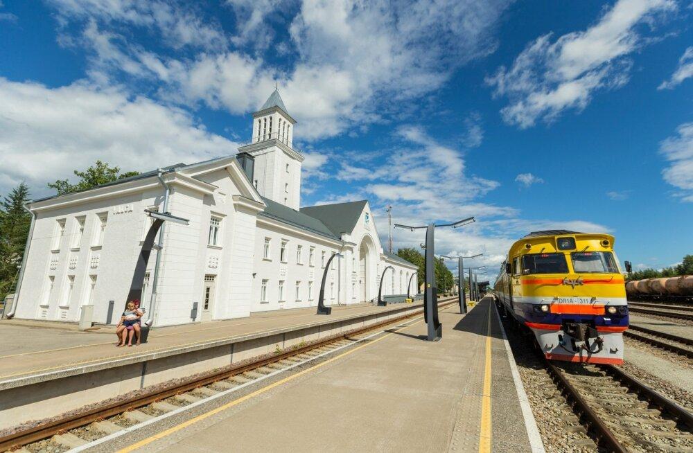 Riiast väljub kaks rongi päevas, üks jõuab Valga raudteejaama 13.55 ja teine 20.51. Õhtusele jõudmiseks pole lootust, kuna viimane rong Tartusse väljub 18.31. Ka esimese rongiga lüüakse reisijale ninanips – Tartusse väljub rong 13.51.