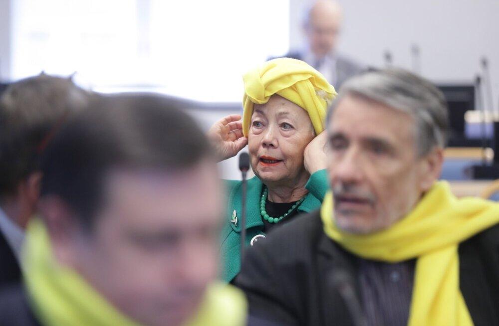 Kollane turban ning uhkes üksinduses istuv Meelis Pai. Vaata, mis toimus Tallinna linnavolikogu umbusaldusistungil
