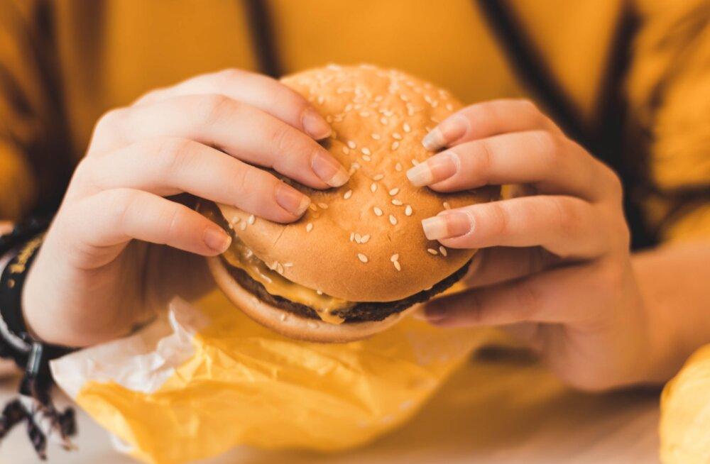 22aastane naine tuli töölt ära, et viia täide unistus saada kuulsaks juutuuberiks, kes suudab korraga tarbida 10 000 kilokalorit kiirtoitu