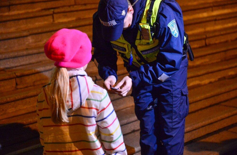 Полицейский вручает ребенку отражатель