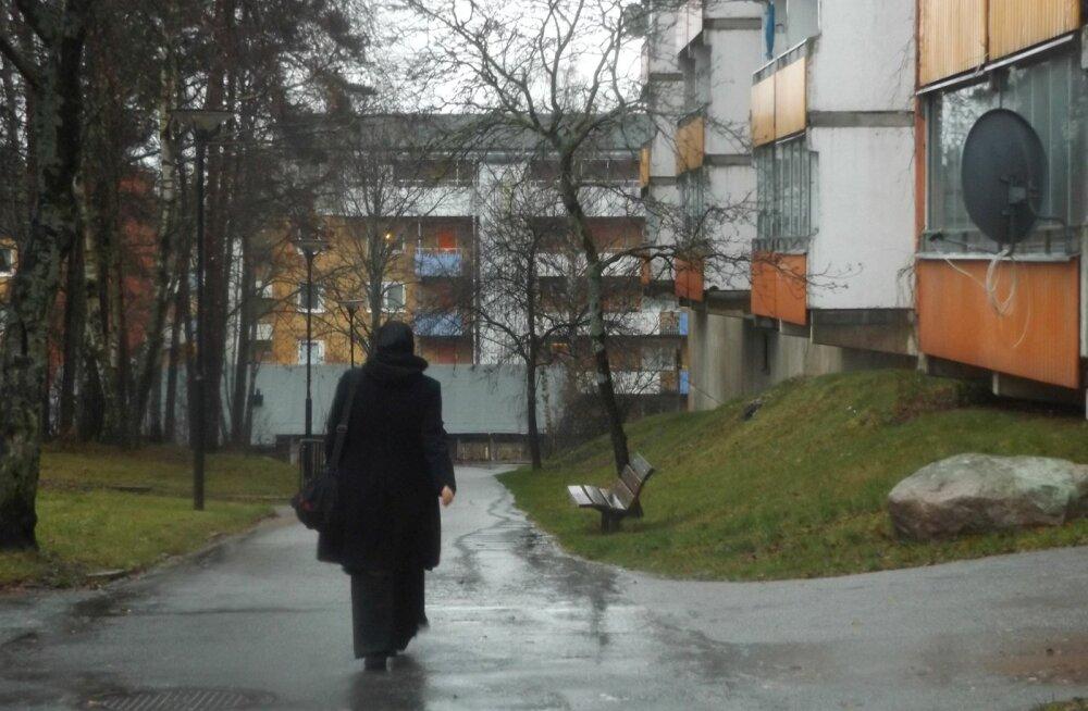 Husby linnaosa jätab detsembrikuise jäise vihma ja tormiks paisuva tuule kiuste Eesti magalate ja Põhja-Ameerika suurlinnade getodega võrreldes hubasema mulje. Linnapildis jääb silma, et suur osa naisi kannab pearätti.