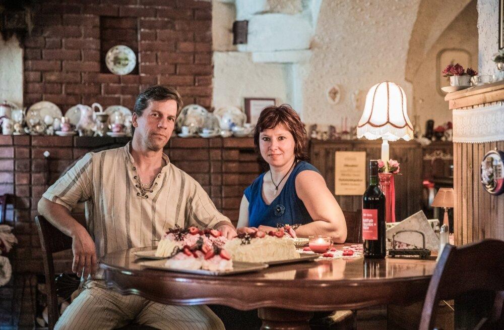Kaido Sooläte ja Marika Soots pakuvad Mäe-Koja kohvikus imeilusaid ja -maitsvaid torte.