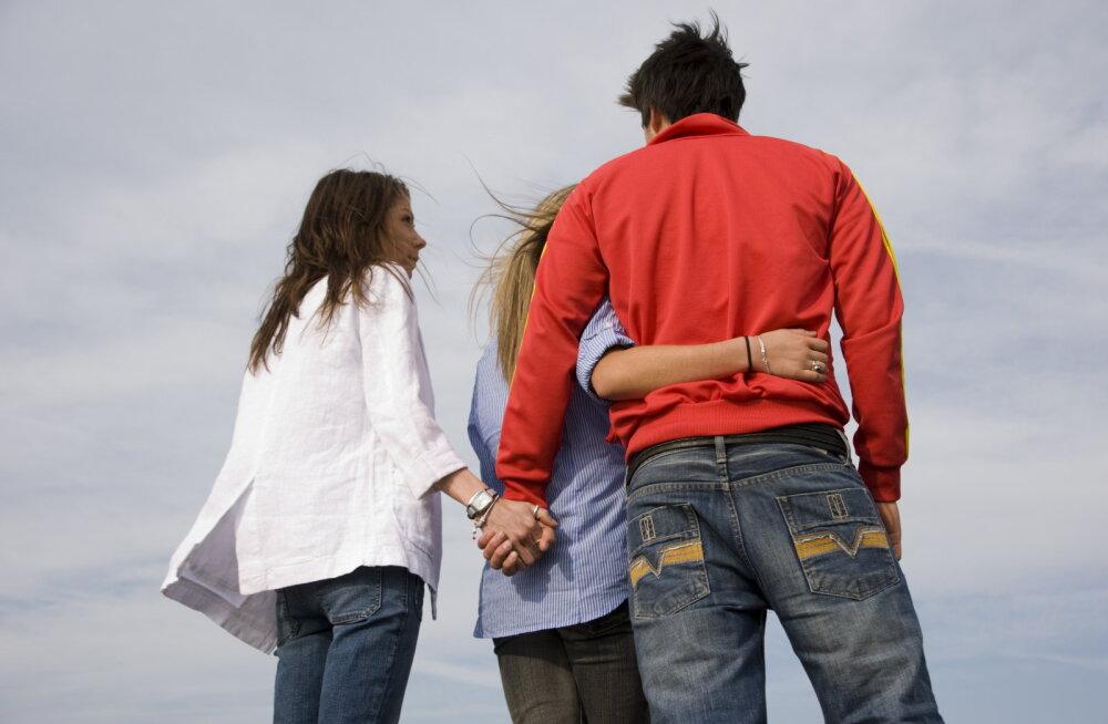 Kolm on juba seltskond! Tiirane mees tunnistab, et ta käib väljas biseksuaalsete naistega, et tulevikus oleks kolmekatega muretu