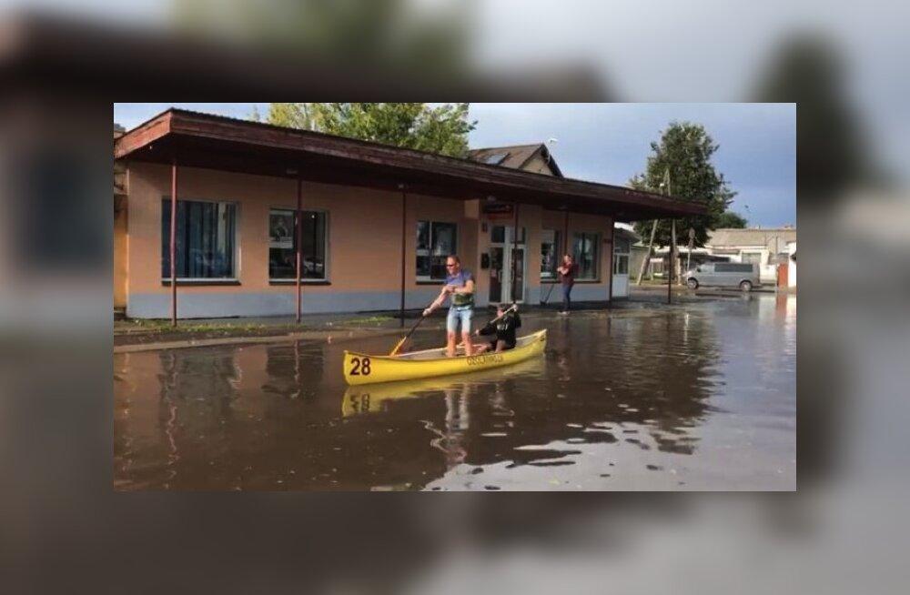 ВИДЕО: В Латвии люди развлекаются, плавая на лодке по затопленным улицам