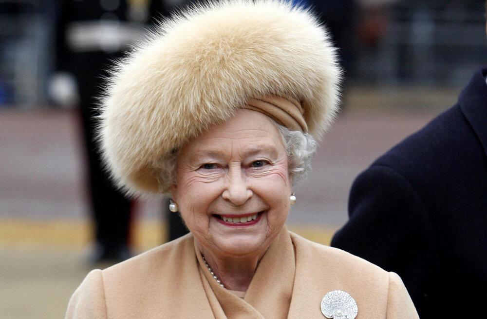 Petukas! Kõlavate pealkirjade saatel karusnahast loobunud Elizabeth II kannab oma kasukaid edasi