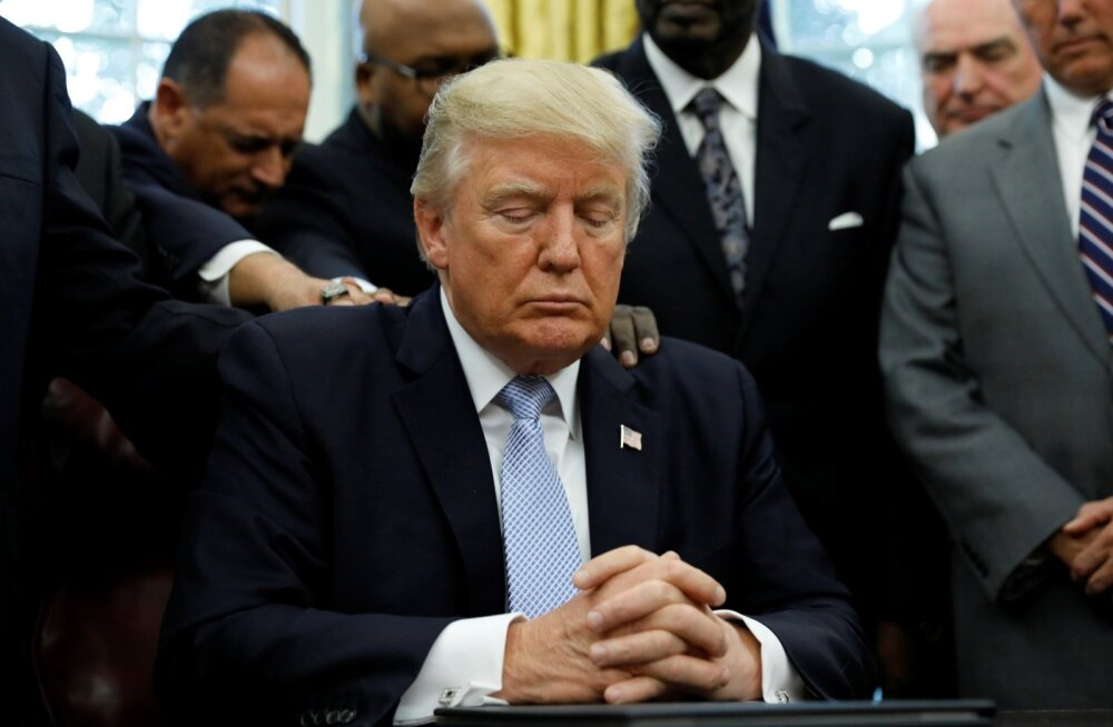 Evangeelsete pastoritega ümbritsetud Trump palvetab Valges Majas.