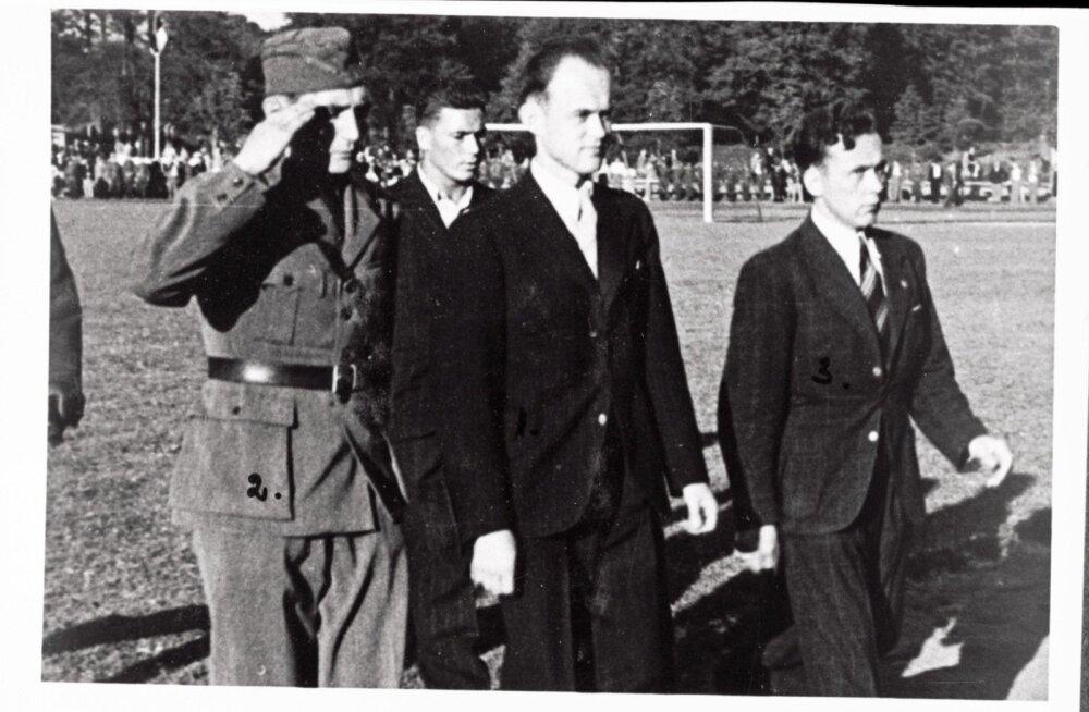 Juunipöörde tulemusena pukki pandud nn Varese valitsuse sotsiaalminister Neeme Ruus koos saatjatega saabumas Eesti–Läti jalgpallimatšile    1940. aasta 18. juulil. Hoolimata punaste võimumeeste kohalolust,kasvas spordivõistlus üle rahvuslikuks meeleavaldu