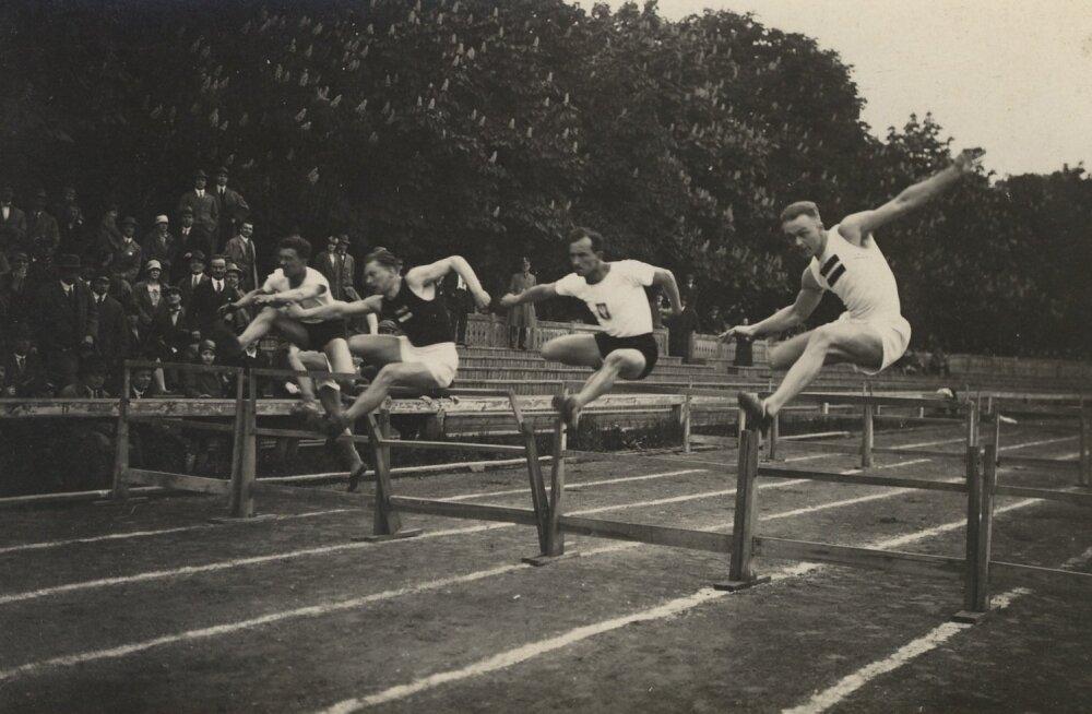 Eesti–Poola–Läti maavõistlus 1927. aastal. Vasakult teine on Elmar Rähn.