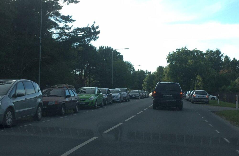 FOTO | Populaarne kontserttuur lõi Viimsis liikluse sassi! Värava taga järjekorrad ka kontserdi ajal
