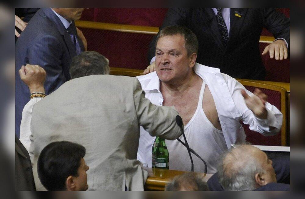 FOTOD ja VIDEO: Ukraina parlamendi kakluses vene keele üle löödi poliitikul pea lõhki