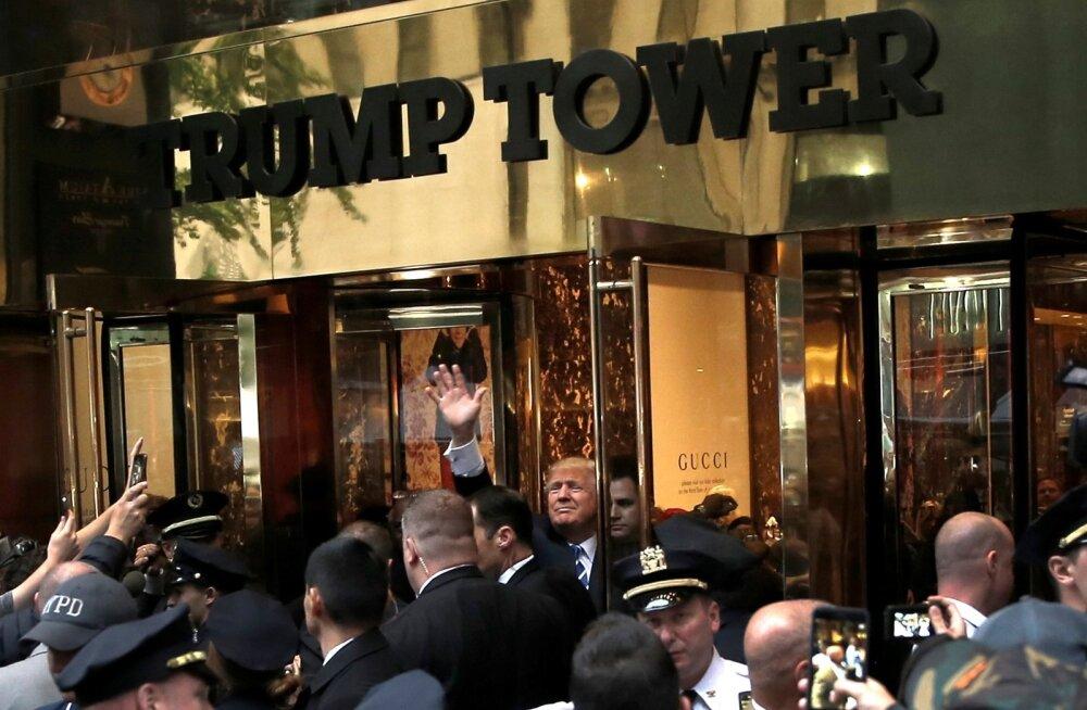 Pärast uue naistega seotud skandaali puhkemist varjus Donald Trump terveks nädalavahetuseks oma New Yorgi kõrghoone kontorisse. Ühel hetkel tuli ta ukse juurde kogunenud sadakonnale toetajale lehvitama. Öelda polnud tal midagi ja hetke pärast kadus ta taa