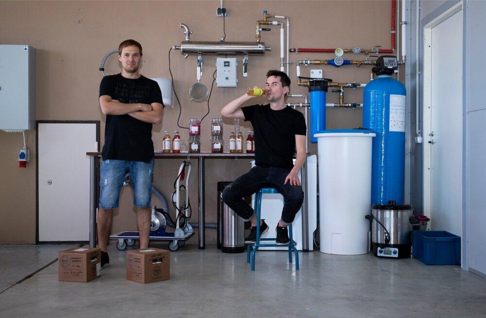 Joosep Raudsepp (vasakul) ja Kristjan-Walter Kask on turule toonud uue nišitoote – pudelis ökokokteilid.