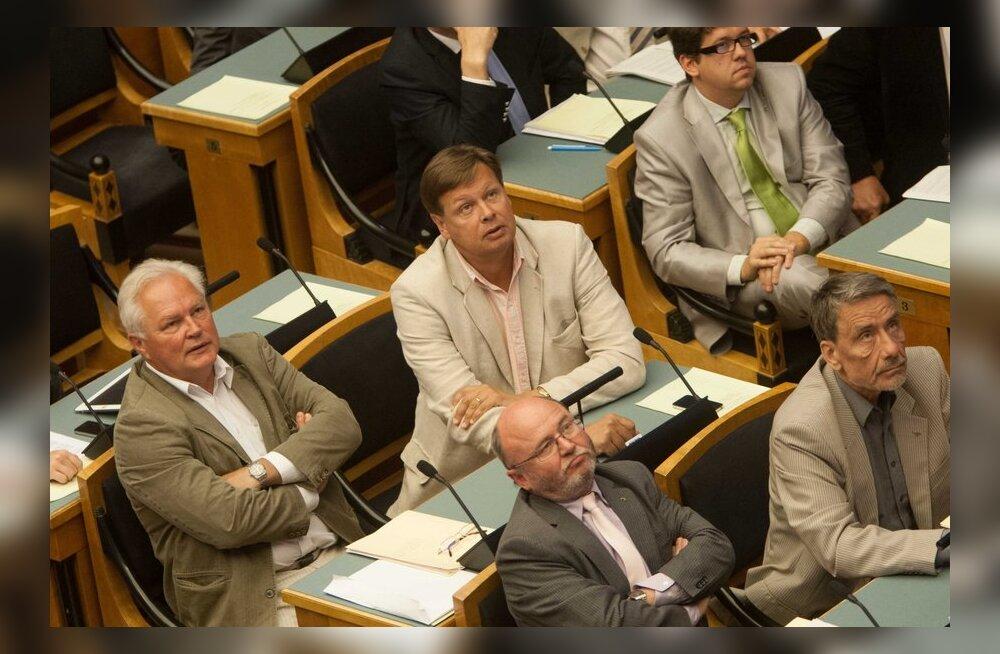 DELFI GRAAFIK: Vaata, kui palju riigikogu liikmed järgmisel aastal rohkem teenima hakkavad
