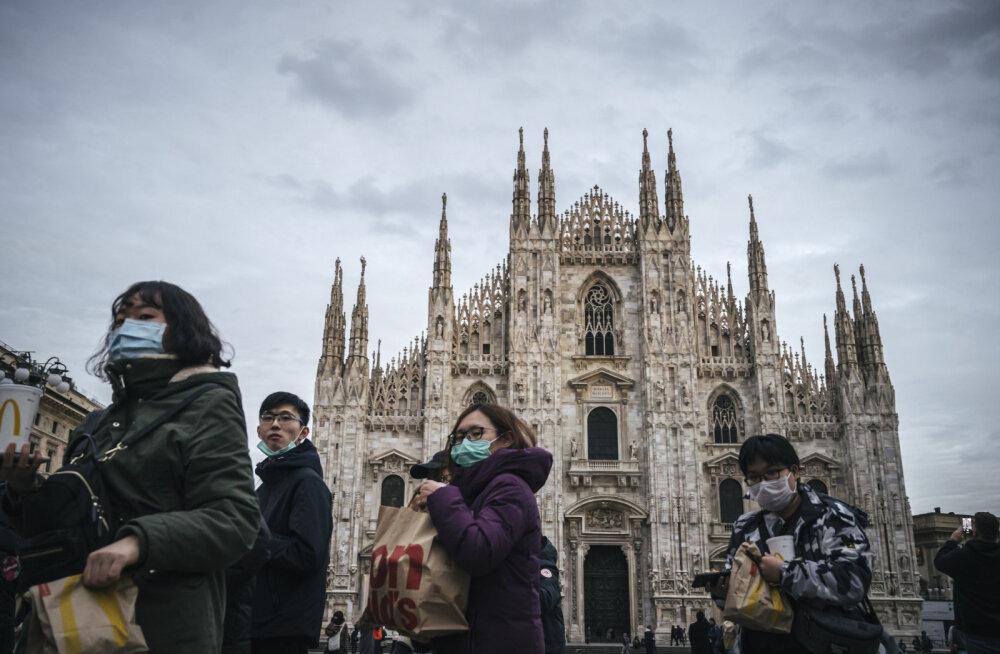 Turistid Itaalias kannavad näomaske.