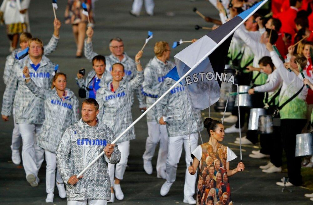 Vanameister Aleksander Tammerti kätte usaldati Eesti sinimustvalge Londoni OM-i avatseremoonial.