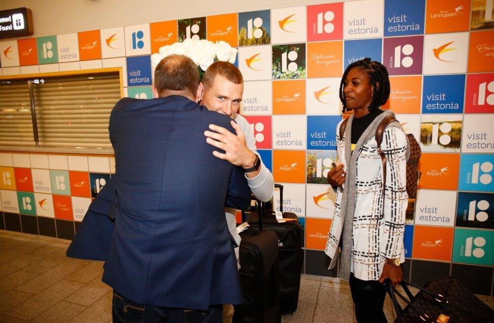 Maicel Uibo sai lennujaamas kõva kallistuse isa Toomaselt, mõistagi ei jäänud sellest ilma ka Shaunae Miller-Uibo.