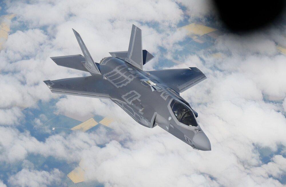 Lennujaama platsil tunduvad F-35-d justkui sordiini all olevat. Sellised lennukid polegi mõeldud maas olema – ikka taevalaotuses on nende koht ja sinna sobivad nad suurepäraselt.