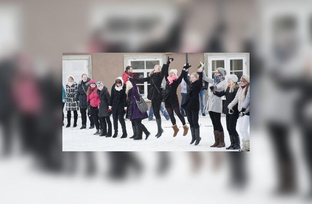 FOTOD: Kuressaare õpilased protestisid ülikooliseaduse vastu inimketis