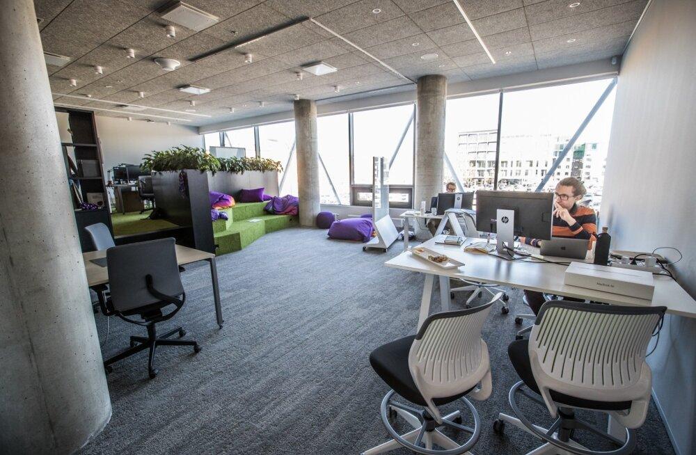 Telia uues tegevuspõhises kontoris saab valida, kas teha tööd laua taga või vabamalt näiteks lebolas.