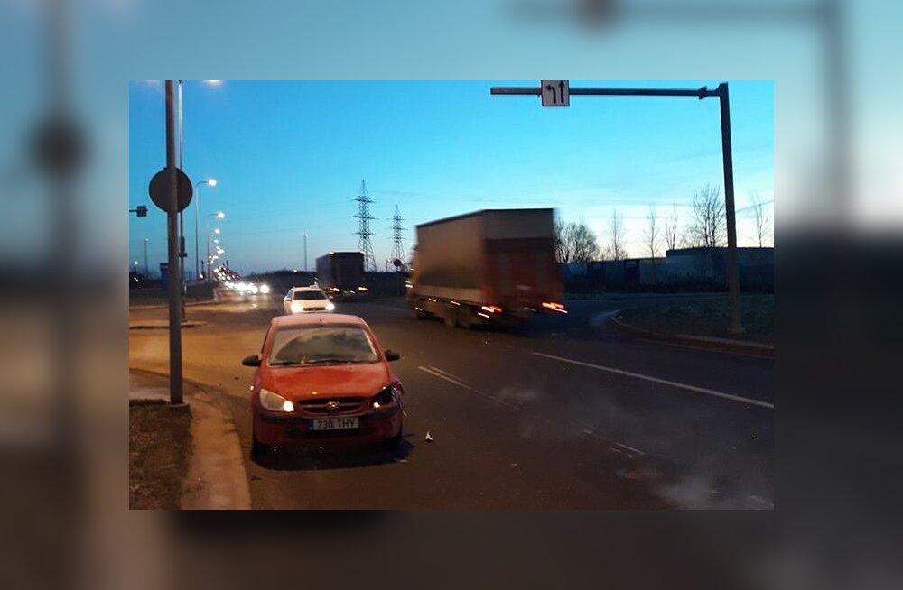 ФОТО: Совершивший ДТП водитель Mercedes скрылся с места происшествия