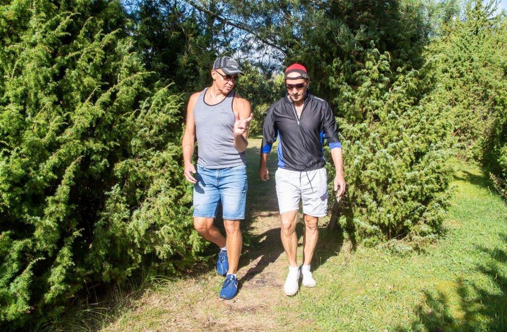 Saaremaa kadakate vahel arutavad (vasakult) Andres ja Oleg Sõnajalg tihti ka oma äridega seotud küsimusi.