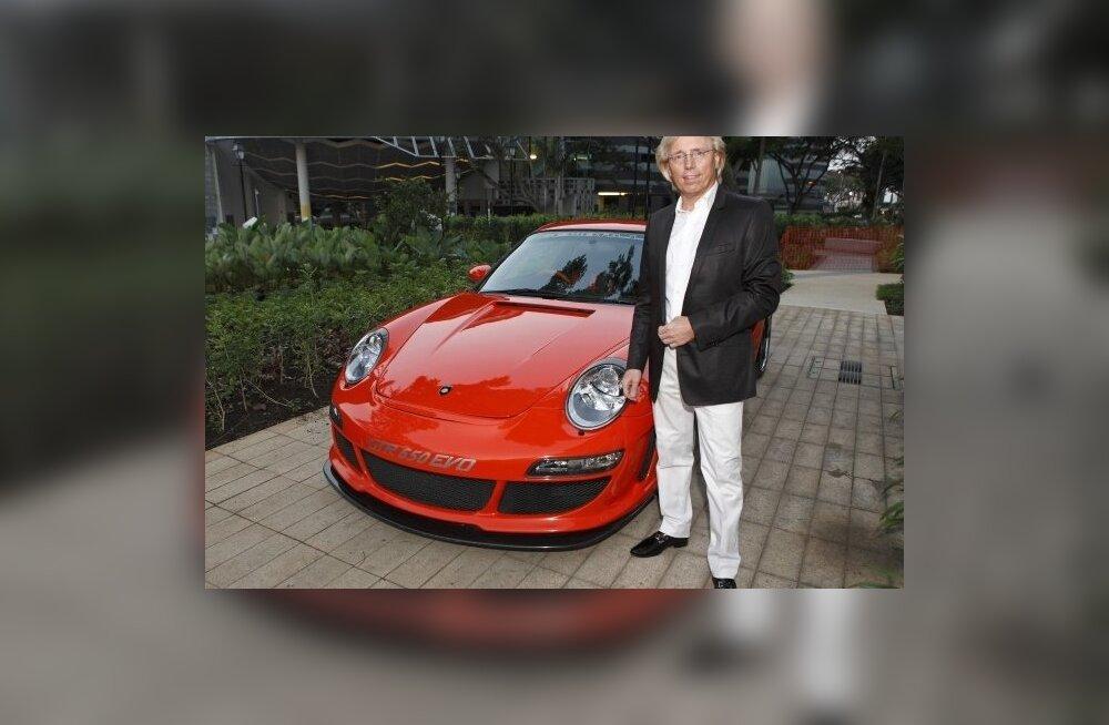 Gemballa Automobiletechniki looja Porsche Gemballa Avalanche GTR-650 EVO kõrval 2008. a. Foto: Tim Chong, Reuter