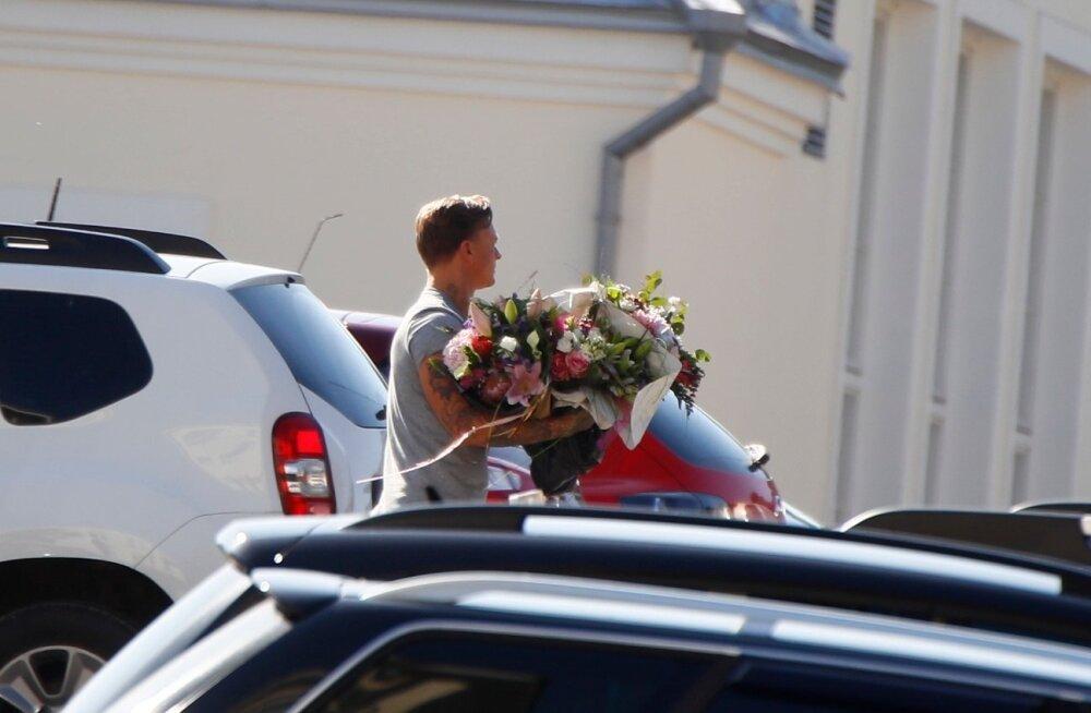 PAPARATSOFOTOD   Värske isa Tanel Padar suundus lillesülemitega haiglast koju!