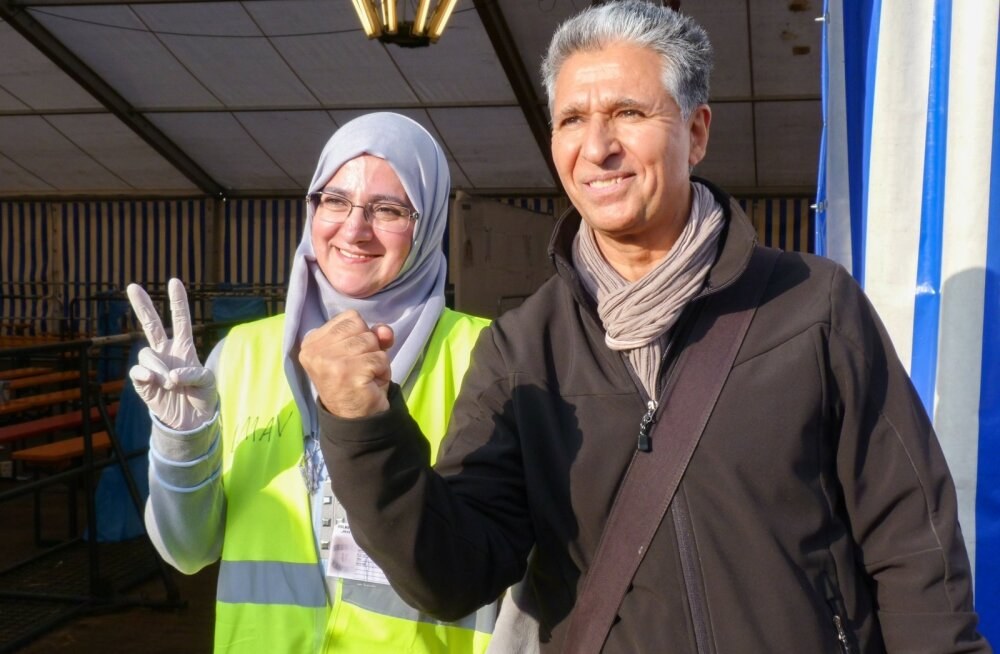 Saksa piirilinnas Passaus ootavad põgenikke ka süürlanna Eman Alriss (vasakul) ja afgaan Mohammad Naim Sahebdel. Nad on ise pagulased ja tulid saatusekaaslastele tõlgiks appi. (Härra tahab jõudu ja vastupidamist väljendada - žestid pole ju üldsegi univers