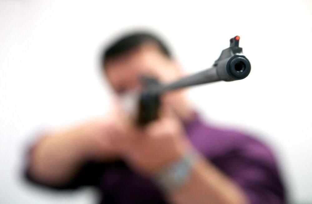 Молодой украинец с похожим на оружие предметом в руках напугал людей у автозаправки