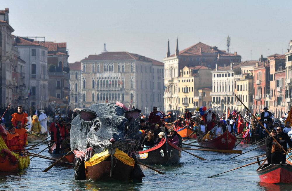 ВИДЕО: Красочный парад гондол во время Венецианского карнавала