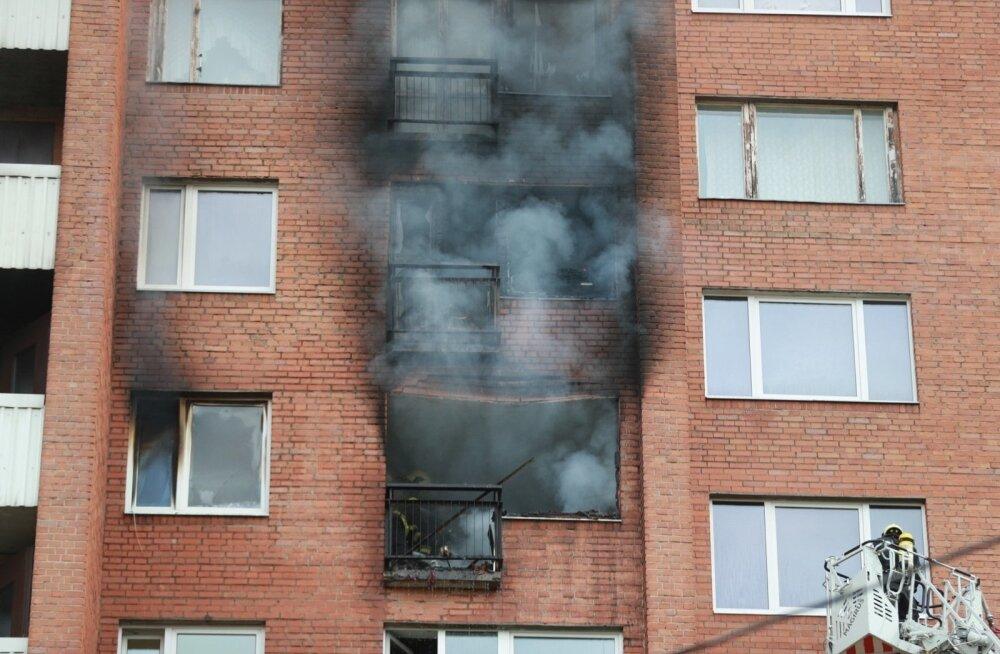 ФОТО DELFI: В квартире многоэтажного дома в Мустамяэ произошел пожар