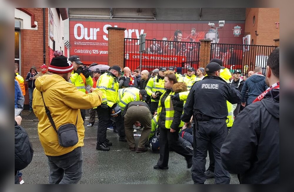FOTO | Kohutav vahejuhtum: Roma fännid ründasid püksirihmadega vanemat Liverpooli fänni