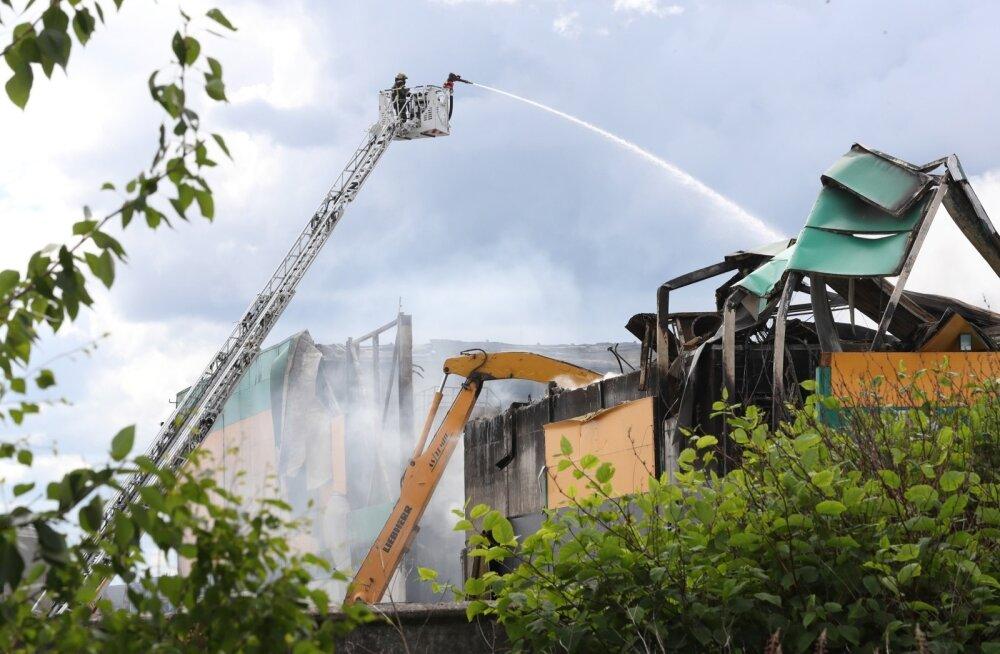 ФОТО DELFI: В Таллинне вторые сутки подряд горит завод по сортировке мусора