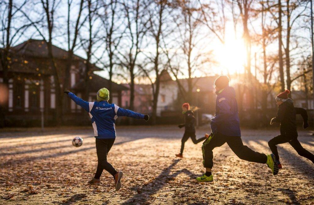 """""""Sa võid sporti vihata, aga kui sa ei oska 21. sajandi katku ehk liikumatuse raviks alternatiivi pakkuda, vihkad sa ühtlasi meie kõigi laste tulevikku,"""" vastab Märt Roosna preemia võitnud arvamusloole."""