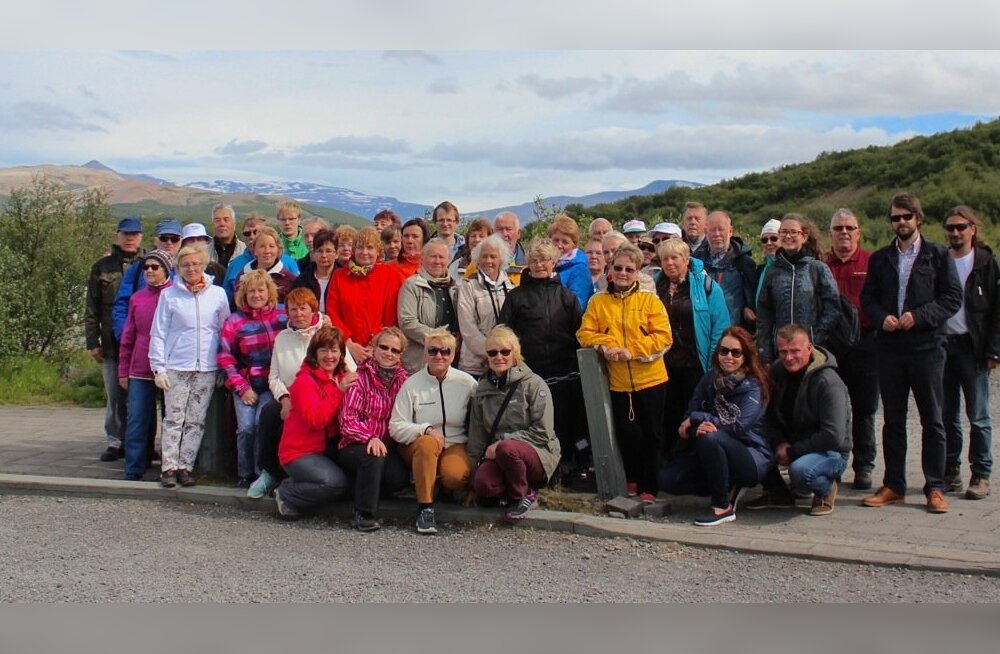 Maalehe 46-liikmeline reisiseltskond sättis end ühispildile Hraunfossari koskede lähedal.