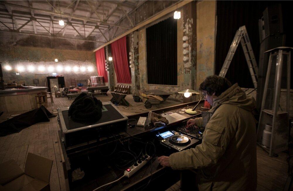 Kunagise Balti Laevaremonditehase veel möödunud kevadel tühjana seisnud klubihoones korraldatakse nüüd <em>techno</em>pidusid. Pildil klubi asutamisel kaasa löönud René Reinumägi <em>alias</em> DJ Tekk.