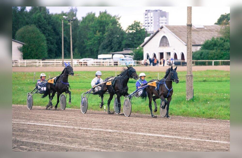 Laupäeval Tallinna Hipodroomil Eesti Eliit ja Baby Race 2012