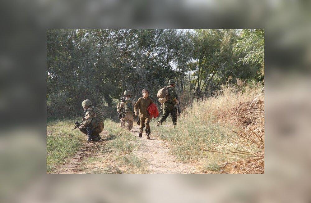 Kaitseväelased afgaani poisiga